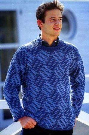 Синий пуловер с узором из снятых петель
