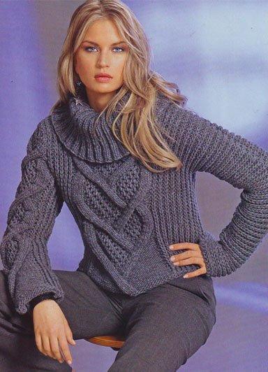 Короткий женский свитер с асимметричными рукавами и узором косичкой