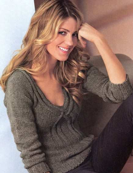 Осенний женский свитерок со жгутами и V-образным вырезом