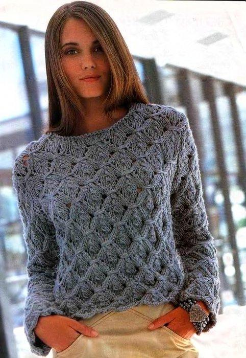 Теплый женский свитер объёмной