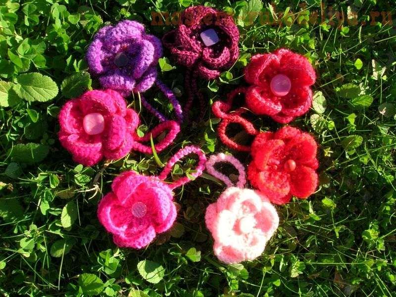 вязаная резинка для волос с цветами