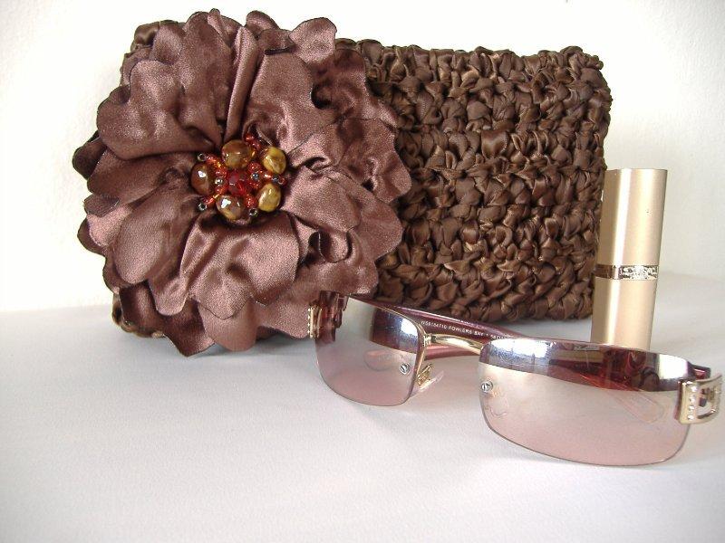 вязаная косметичка с цветком