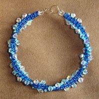 Плетем изящный браслет из бисера с переливающимися кристаллами