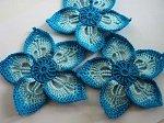 Вяжем крючком цветок с тремя оттенками синего