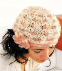 шапка с цветком рыжего цвета