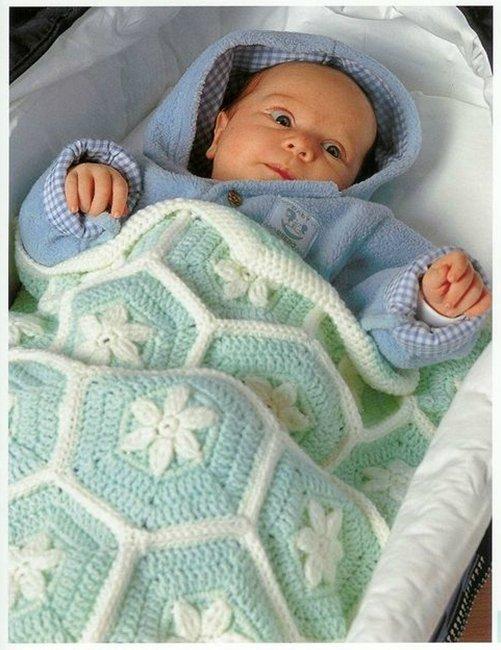 Мягкий плед для малыша из мотивов крючком