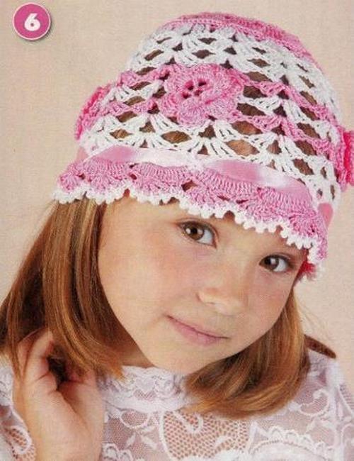 Детская шапочка с нежными цветами