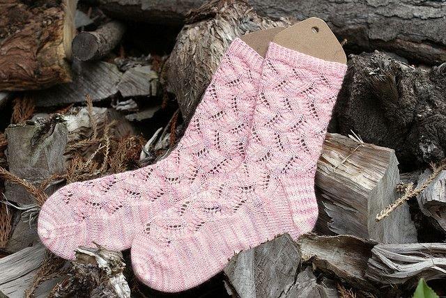 Розовые ажурные носочки спицами