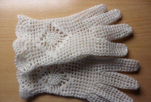 Нежные ажурные перчатки для девочки крючком