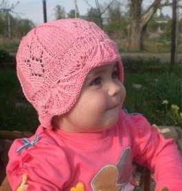 Розовая летняя шапочка для девочки спицами