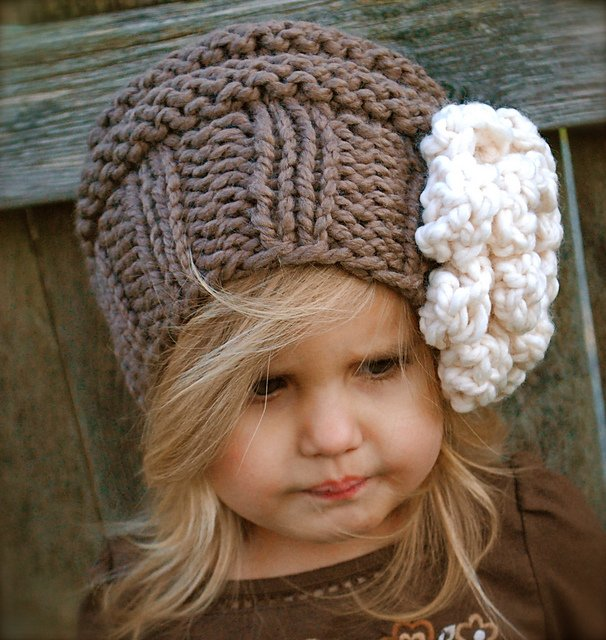 Осенняя шапочка для девочки спицами