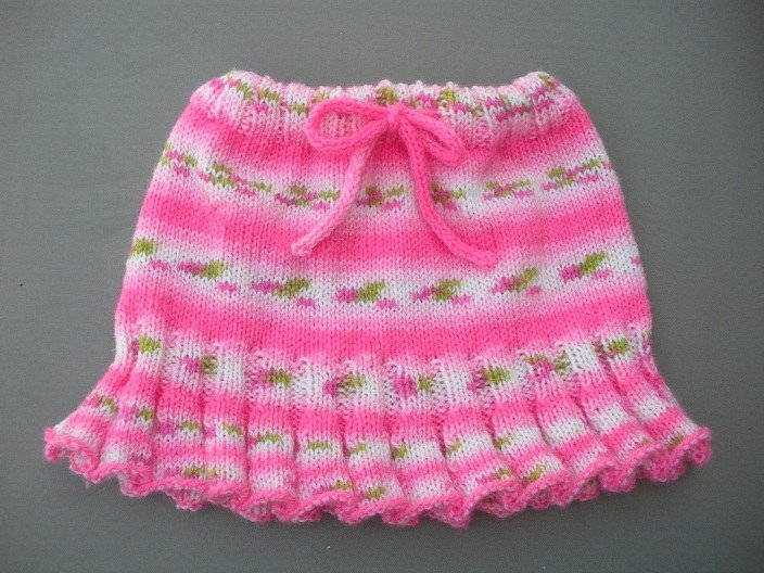 Яркая меланжевая юбка для девочки на 2 года спицами
