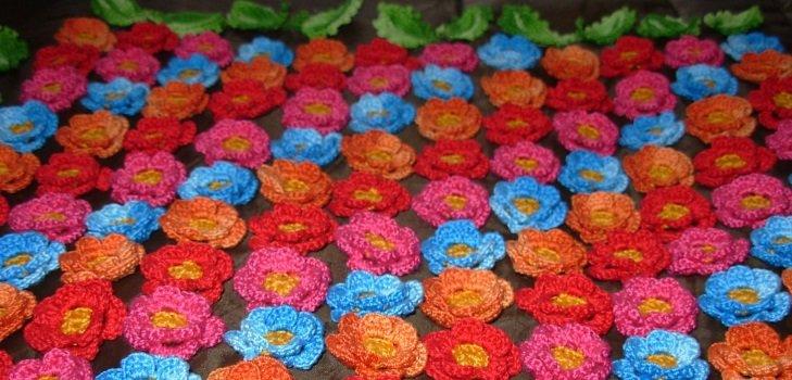 Разноцветные цветы для шапочек крючком