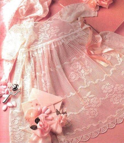 Нежно-розовое платье в технике филейного вязания