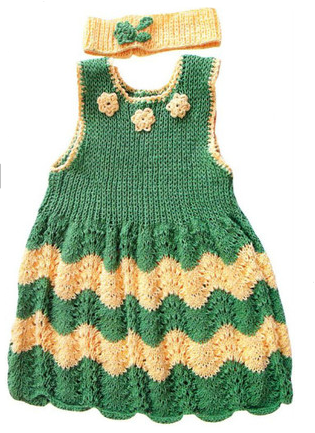 Зелёное ажурное платье спицами с цветами