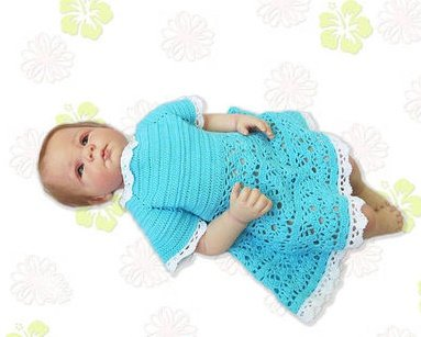 Голубое платье с кружевной отделкой для новорожденной девочки крючком