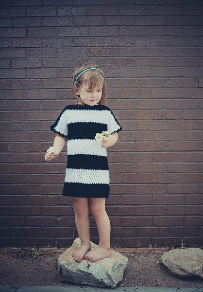 Тёплое платье в чёрно-белую полоску