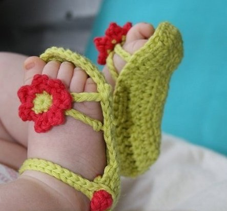 Зелёные пинетки-сандалики с красным цветком