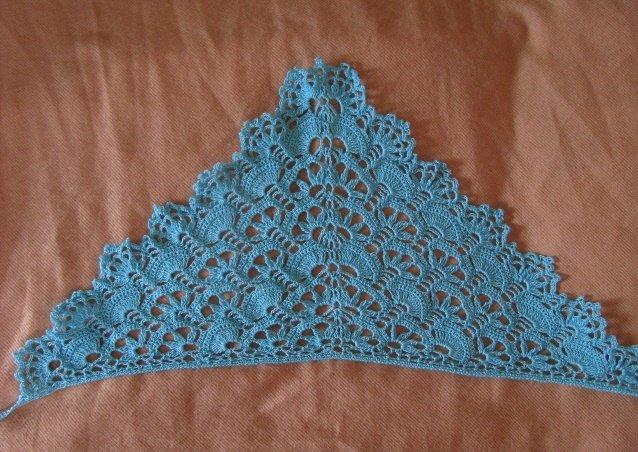 Голубая  ажурная косынка для девочки крючком
