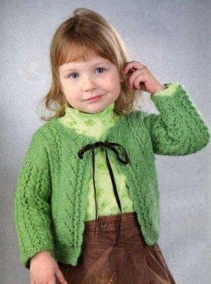 Зелёная весенняя кофточка спицами