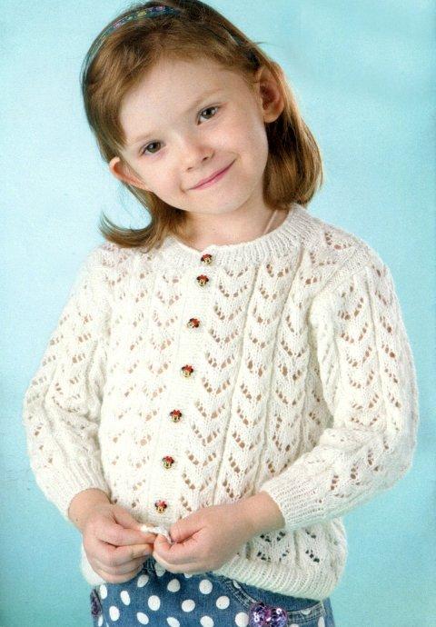 Ажурная кофточка из белой пряжи для девочки 5 лет