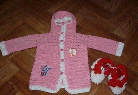 Розовая кофточка с капюшоном для девочки крючком
