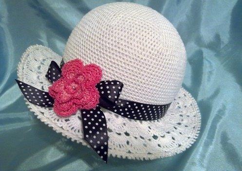 Летняя шляпка с лентой и цветком