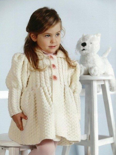 Кремовое пальто спицами для девочки трёх лет