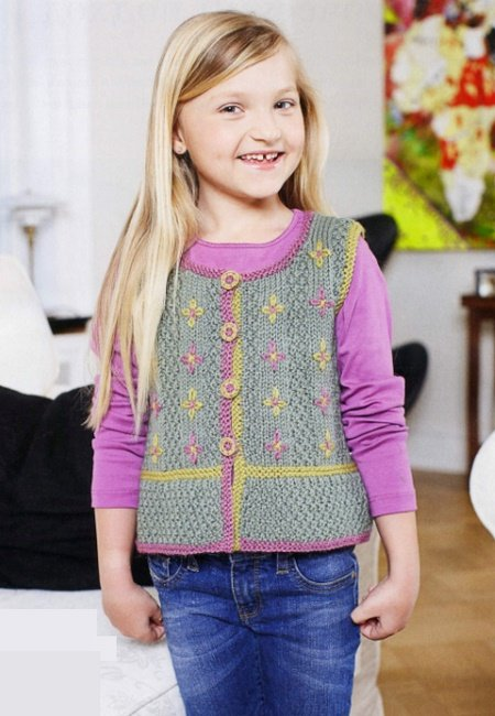 Безрукавка с вышивкой для девочки спицами