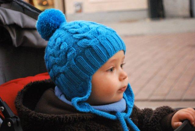 Шапочка с ушками и помпонами для мальчика спицами