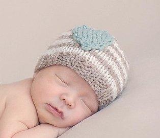Шапочка в полосочку для новорожденного малыша спицами