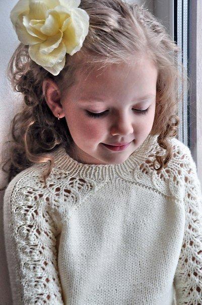 Джемпер ажурными полосами для девочки спицами