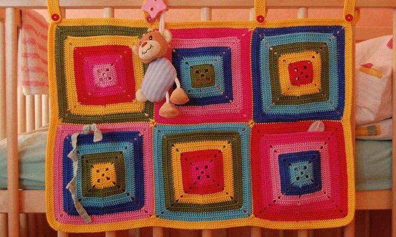 Карман для детской кроватки из квадратных мотивов крючком