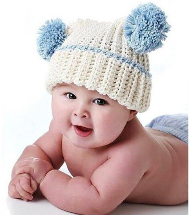 Белая шапочка с голубыми помпонами для мальчика спицами