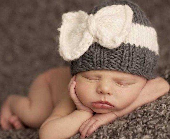 Шапочка с бантом для новорожденной девочки спицами