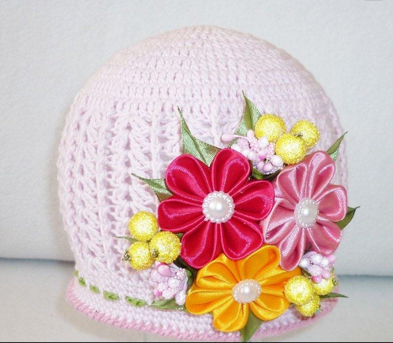Летняя шапочка с цветами из атласных лент крючком