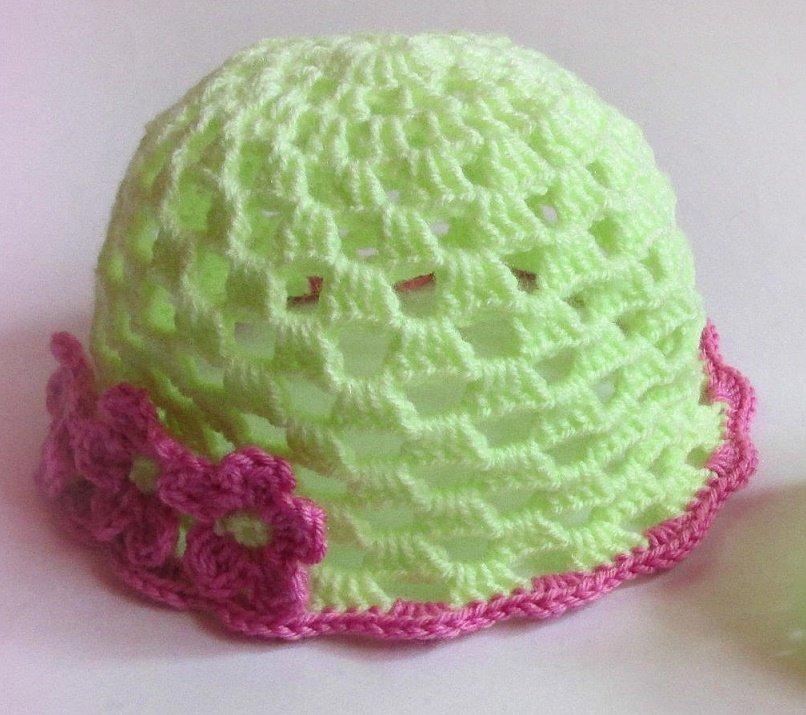 Яркая ажурная шапочка для девочки крючком