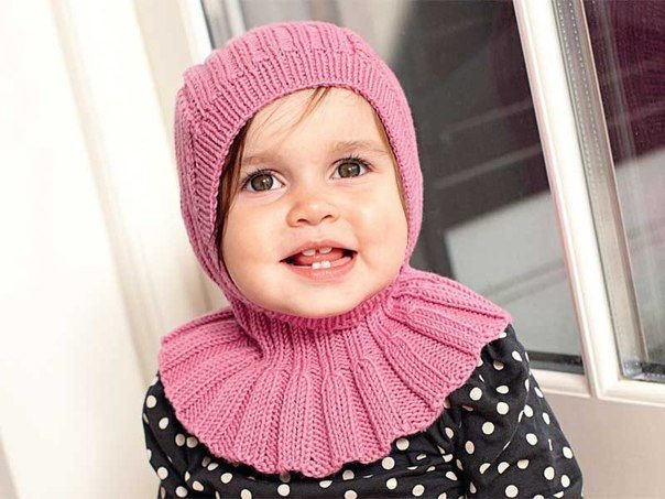 Шапочка шлем для девочки спицами
