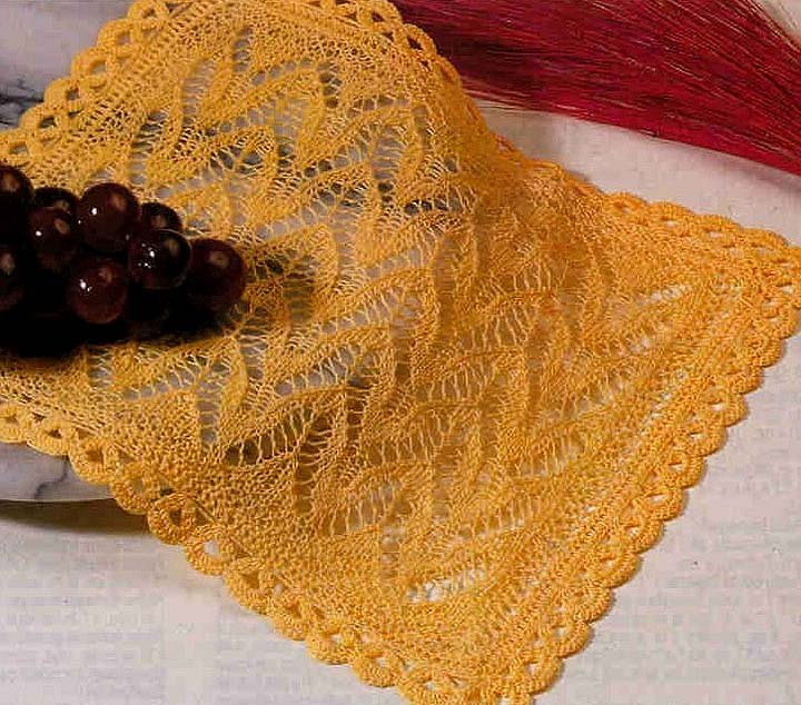 Жёлтая ажурная салфетка спицами