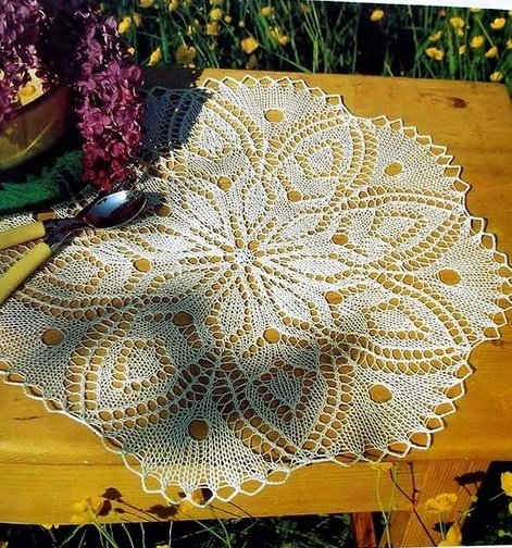 Кружевная салфетка с цветочным узором спицами