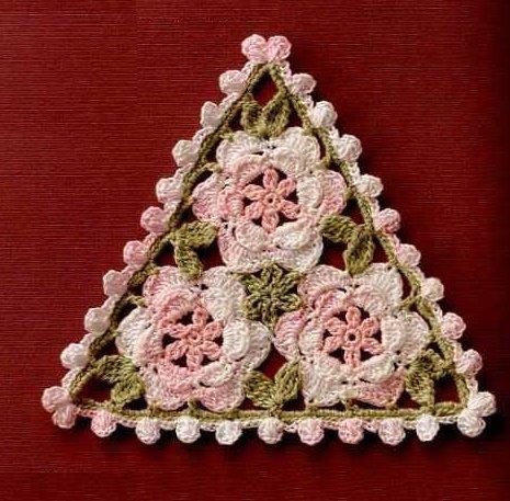 Треугольная салфетка из цветочных мотивов крючком