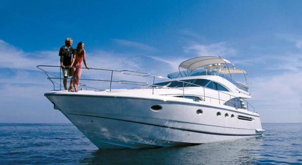 Моторная яхта для прогулки на воде или для романтического ужина