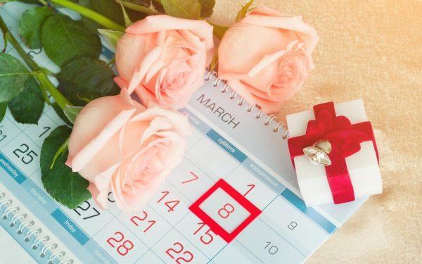 Какой подарок подарить женщине на 8 марта